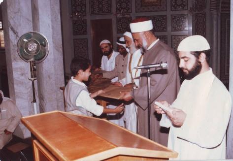 بهاء يتسلم جائزة حفظ القرآن من الشيخ نوح القضاة