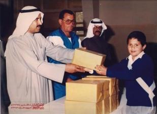 علاء يستلم جائزة في عيد العلم في الكويت