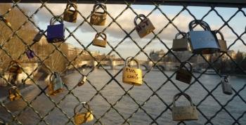 Cadenas_des_amoureux_sur_le_pont_des_Arts