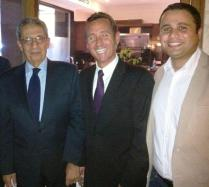 بهاء مع عمرو موسى وأيمن تمر أثناء المنتدى الاقتصادي العالمي