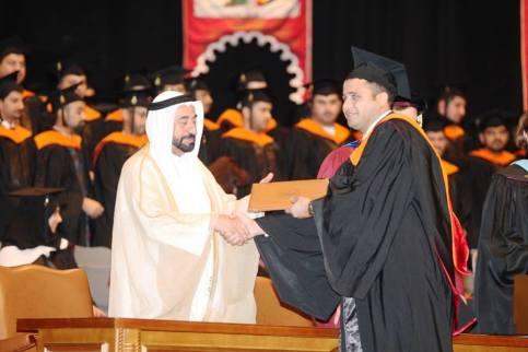 بهاء يتسلم شهادة التخريج من الشيخ سلطان القاسمي حاكم الشارقة