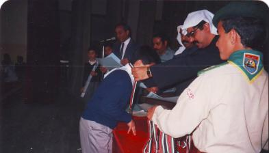 علاء يستلم ميدالية التفوق في عيد العلم بالكويت
