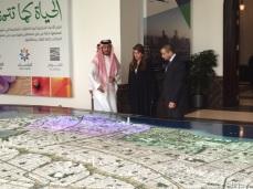 بهاء يستمع لشرح من فهد الرشيد الرئيس التنفيذي لمدينة الملك عبدالله الاقتصادية