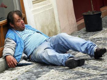 Praha Staré Mìsto Bílkova ulice centrum pití alkoholu alkohol alkoholik alkoholismus opilý bezdomovec