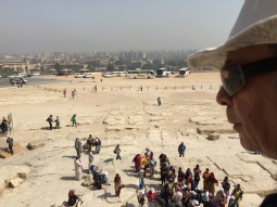 السياح في منطقة الأهرامات