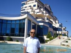 أمام الفندق في صدنايا