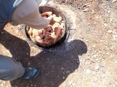 ودحل لحم الدجاج في الحفرة