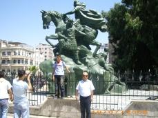 أمام تمثال صلاح الدين الأيوبي