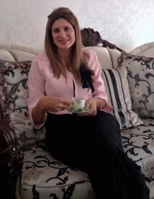 الأميرة وهي تشرب القهوة